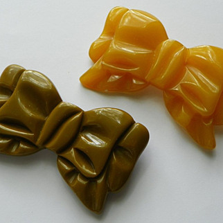 REDUCED Bakelite Bow shape Pins - Olive Green & Amber - Carved - Vintage pair
