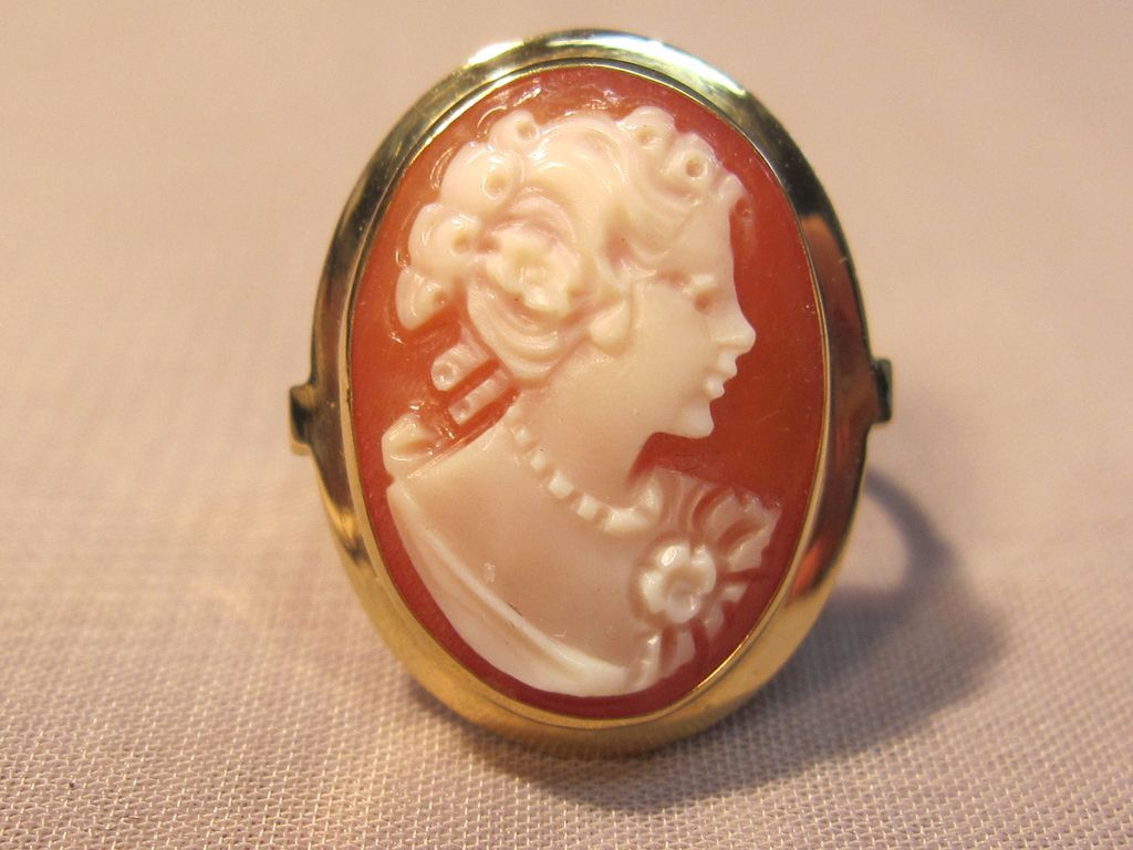 Classy Vintage 18K Yellow Gold Cameo Ring