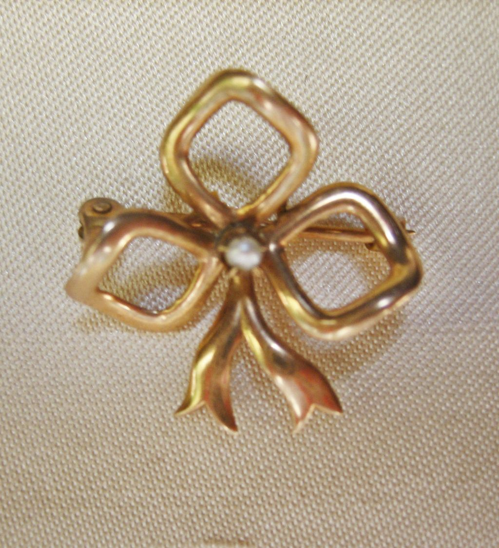 CLEARANCE...Small Antique Vintge Edwardian 9 Kt gold Bow Pin with Small natural Seed Pearl