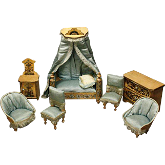 Antique Honey Bedroom Furniture Set with Luxury Gilt and Floral Patterns - For the French Market