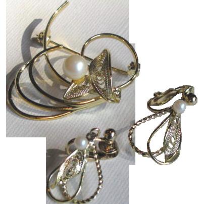 Vintage 1950's Goldtone Filigree Simulated Pearl Brooch and Earrings Set