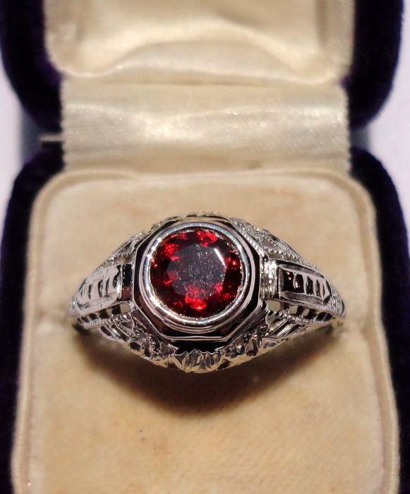 Beautiful Art Deco 18K Gold Filigree Faceted Garnet Ring