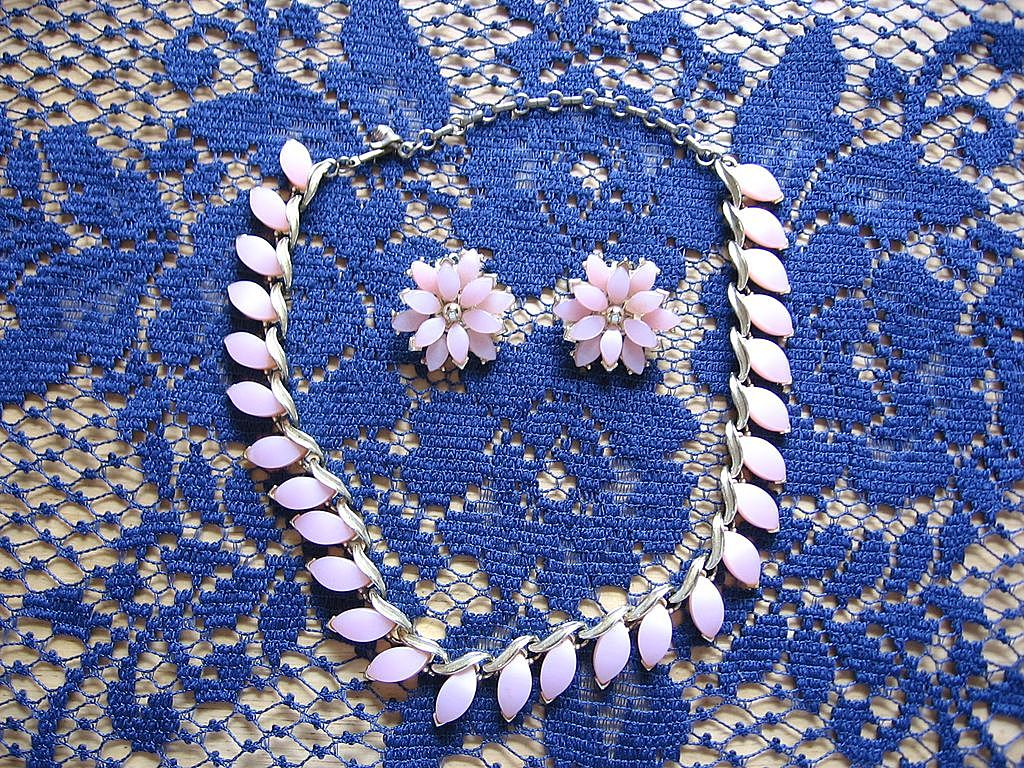 Pretty Kramer Pink Plastic Necklace and Clip Earring Set