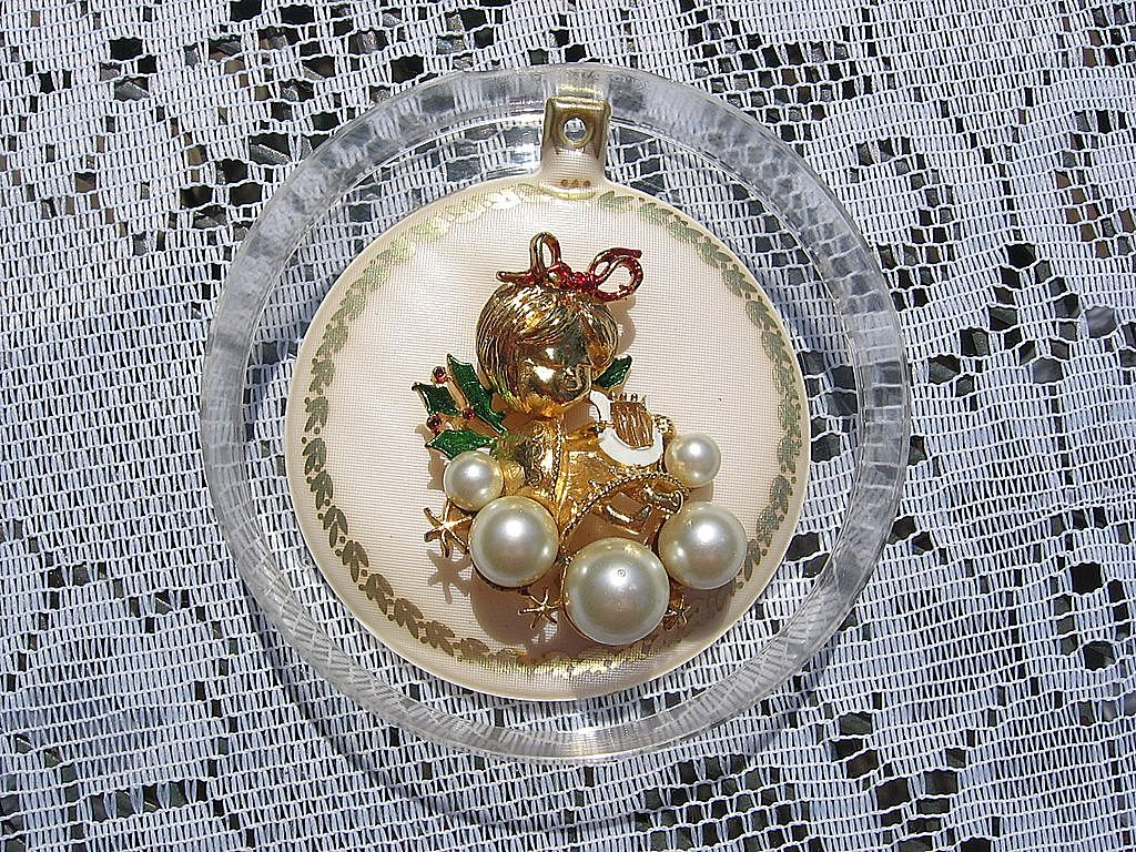 Rare Large Corel Angel Figural Dimensional Christmas Pin