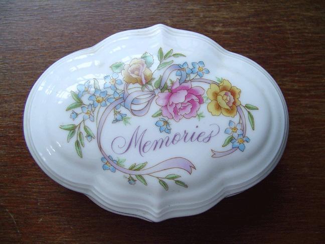 'Memories' Avon 1983 Porcelain Music Box
