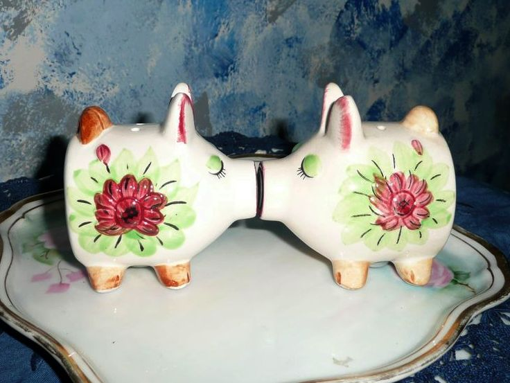 1950's Set of Kissing Piglets Shakers!