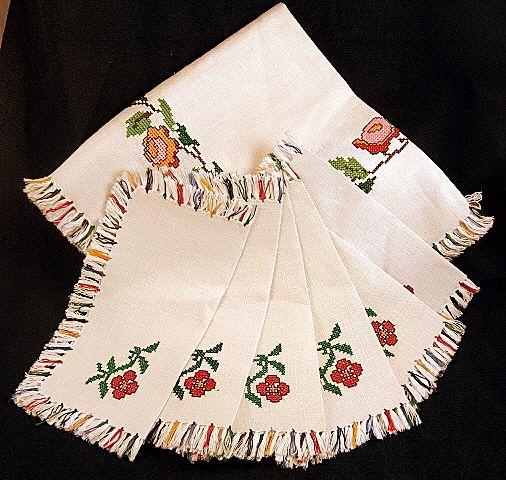 Vintage NEW Embroidered Fringed Linen Tablecloth & 6  Napkins Set