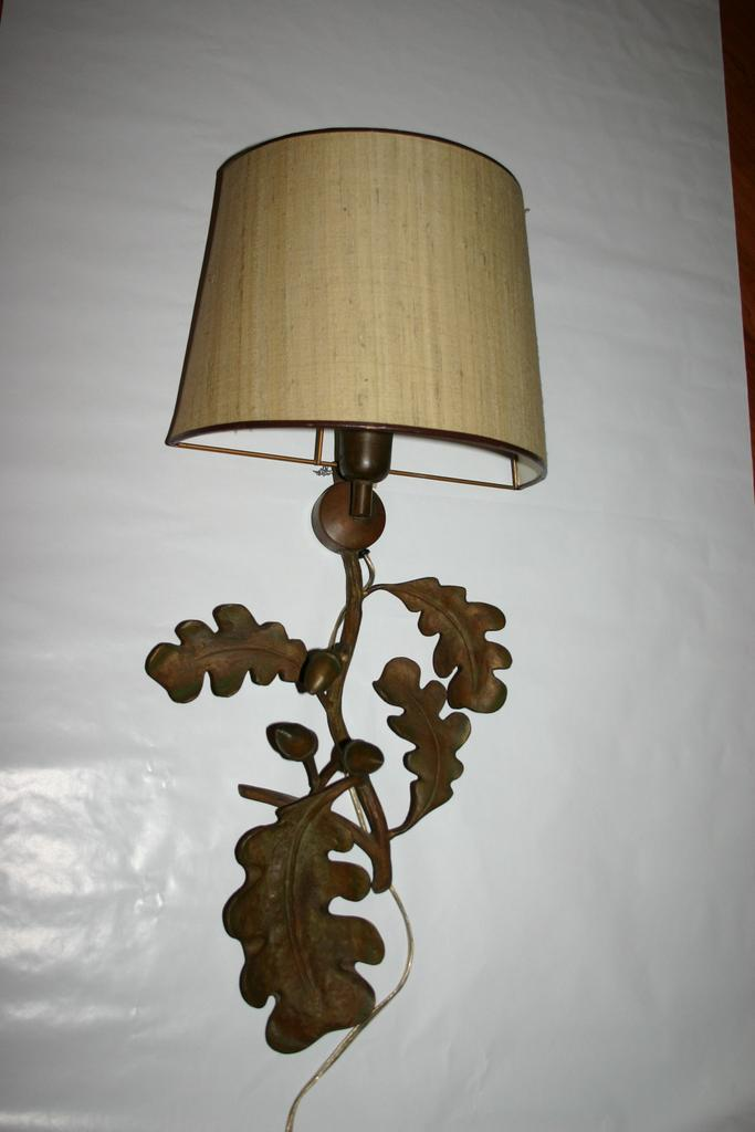 An Old Bronze Leaves 1-light Wall Lamp