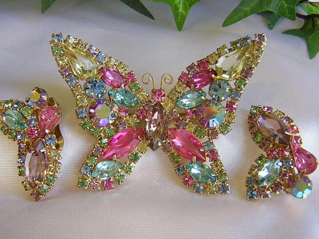 Gorgeous Vintage Pastel Weiss Brooch/Earrings Demi