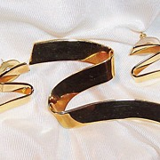 Vintage Monet Stylish Ribbon Pin & Matching Earrings Set