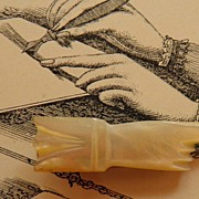 20% Lovely Carved MOP Hand Tie Clip