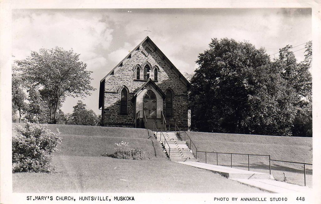 'St. Mary's Church, Huntsville, Muskoka' - Unused REAL PHOTO Postcard - Ontario, Canada c.1940s